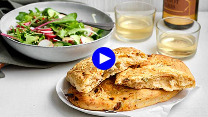 Fougasse uit het vuistje of met salade: zo bak je platbrood met olijven en kaas