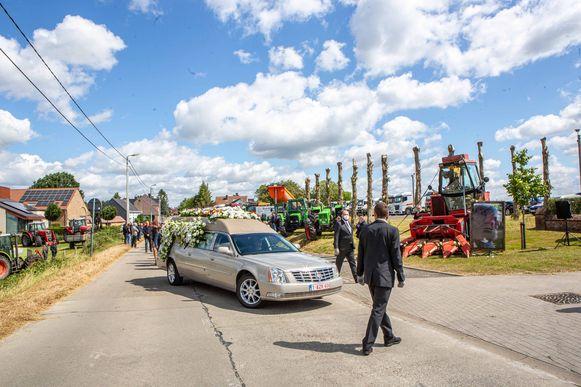 Familie en vrienden vormden erehagen tijdens het afscheid, en ook tientallen tractoren werden opgesteld langs de weg.