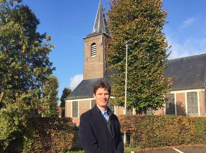 Kristof Agache bij de kerk van Zevergem.