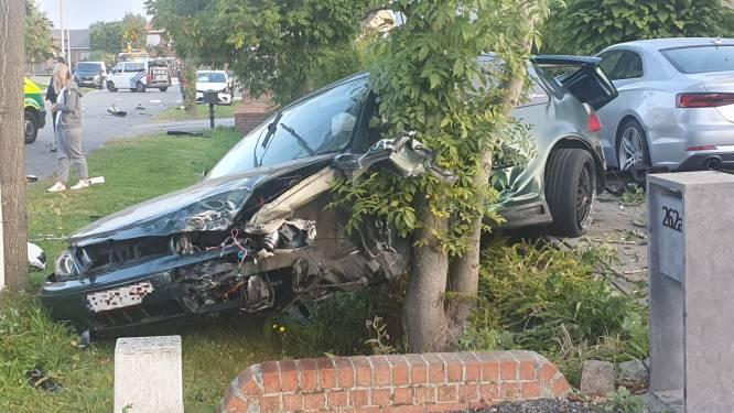Jonge bestuurder wijkt van rijbaan af, ramt drie auto's  en gevel van woning