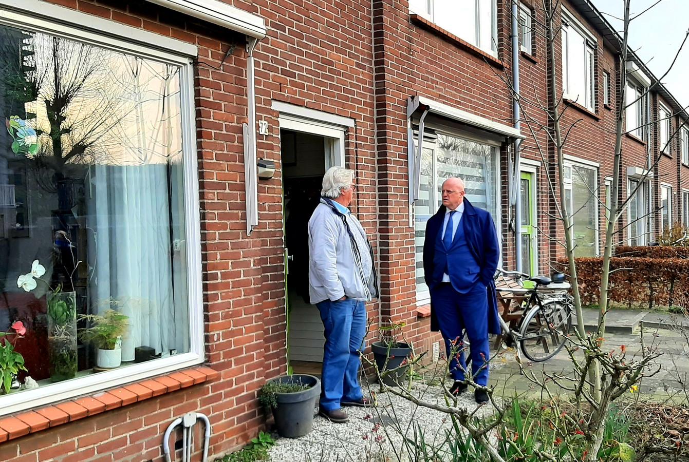 Minister Ferd Grapperhaus maakt een praatje met Hoge Vucht-bewoners Ad van Bijnen tijdens zijn werkbezoek aan Breda-Noord.
