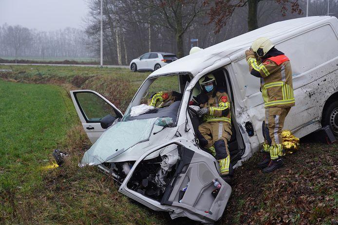 Het busje dat van de wegraakte door de botsing.