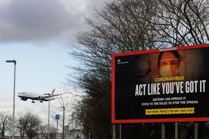 Februari: een vliegtuig is klaar om te landen op Heathrow, Europa's grootste luchthaven.