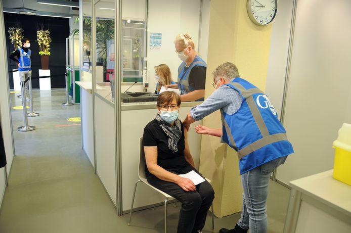 Mevrouw Kloet krijgt haar Covid-vaccinatie in de prikstraat in Zierikzee.