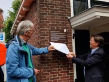 Buddingh' krijgt bordje op brugwachtershuisje, waar hij ooit werkte