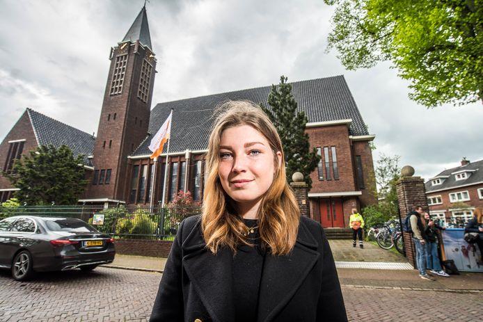"""Merel Wevers (16) deed vanwege coronamaatregelen eindexamen Nederlands in de Hofkerk in Oldenzaal. Bijzonder? """"Nee, ik ben zo druk geweest met de vragen dat ik verder nergens op gelet heb."""""""