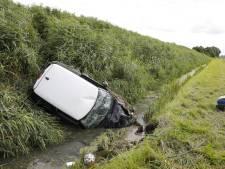 Auto raakt van de weg, slaat over de kop en belandt in de sloot in Fijnaart: bestuurder waarschijnlijk uit auto geslingerd