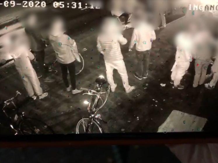 Boze cafébezoeker rijdt met auto in op groep mensen en vlucht