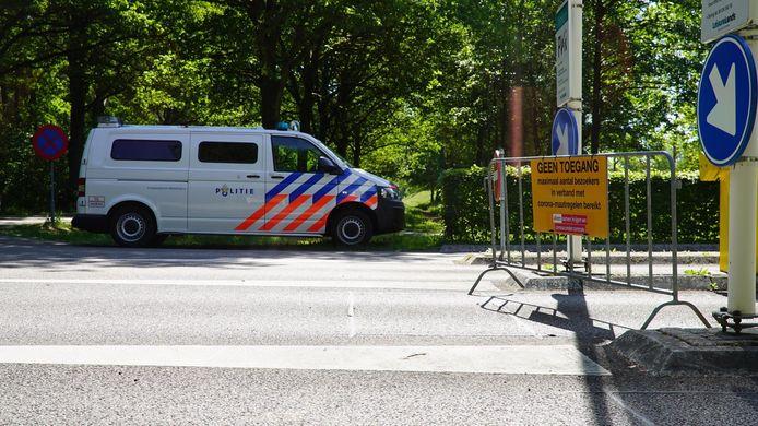 De parkeerplaatsen van recreatiegebied Bussloo zitten ook dicht. Fietsers en voetgangers worden ook tegengehouden door politie en boa's.