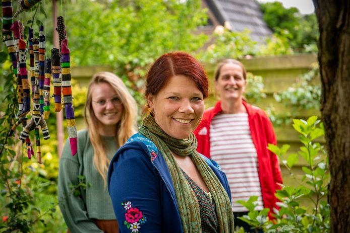 Marie van Overbeeke, een van de initiatiefneemsters van de nieuwe vrijeschool in Zutphen, met achter haar Saskia Spliet (r), en Marleen de Wit.