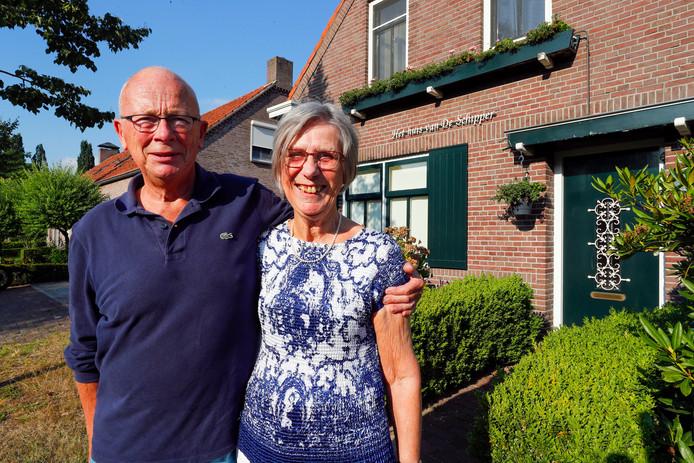 Rob en Ellie van de Laar voor het Huis van de schipper in Hooge Mierde.