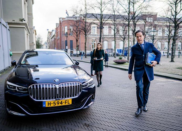 Premier Mark Rutte arriveert bij de Tweede Kamer tijdens een debat over de ontwikkelingen rondom het coronavirus