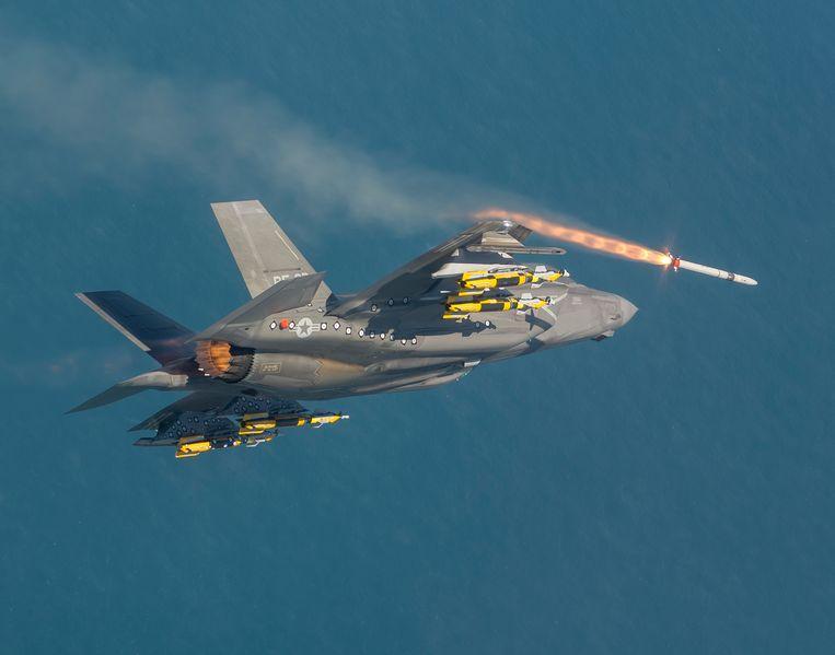 Een Amerikaanse F-35 vuurt tijdens een testvlucht een ASRAAM-raket af. Beeld Lockheed Martin
