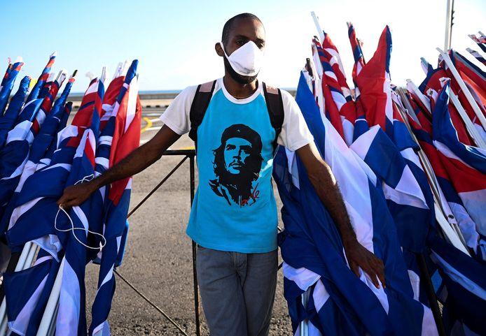 Een man draagt een shirt met de afbeelding van Ernesto 'Che' Guevara tijdens de protesten in Havana, Cuba. (AFP/Yamil Lage)