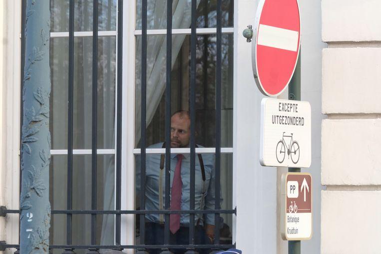 Theo Francken mag zijn kabinet voorlopig niet verlaten.