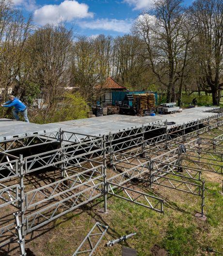 Je mag er nog niet op, maar het wordt wel alvast opgebouwd: het terras bij The Dukes