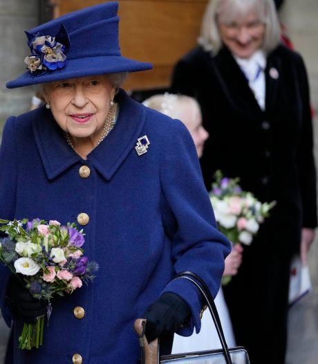Elizabeth II apparaît en public avec une canne