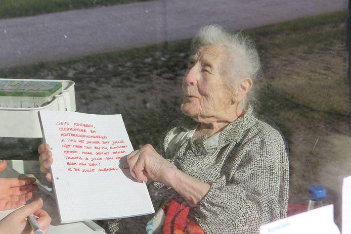 Zo konden we een vrouw spotten die een briefje voor haar familie aan het schrijven was en dat aan haar raam hing.
