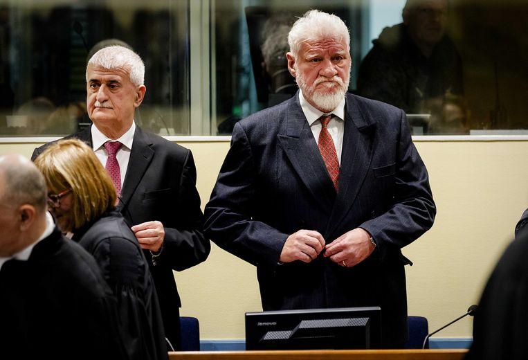 Slobodan Praljak (rechts) eerder in de rechtszaal. Beeld EPA