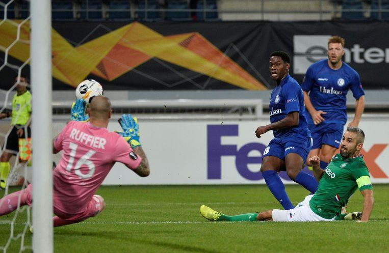 Jonathan David bij het scoren van zijn tweede goal in de wedstrijd tegen Saint-Etienne. Beeld REUTERS