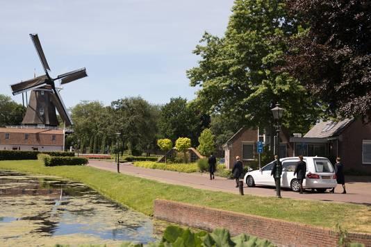 De rouwauto op weg naar begraafplaats, Memento Mori achter het gemeentehuis en de korenmolen van Bunschoten