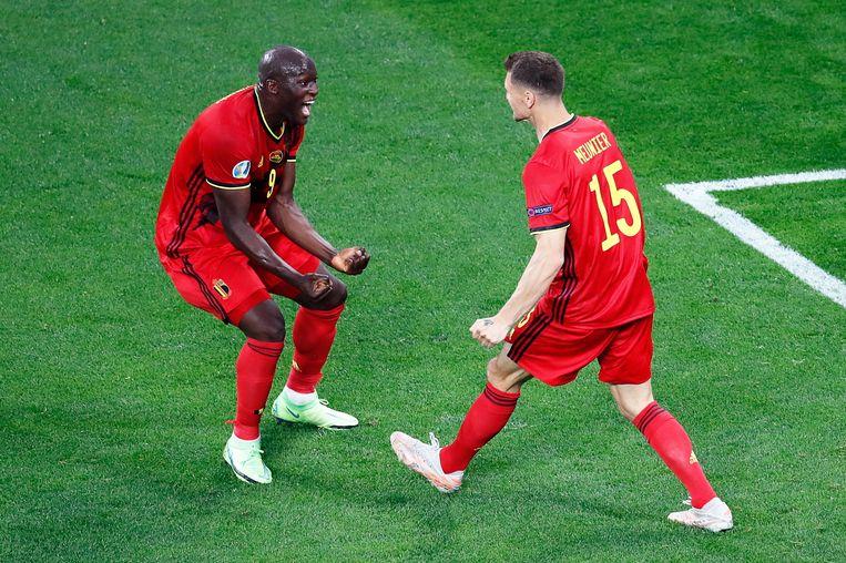 Thomas Meunier en Romelu Lukaku vieren een doelpunt in de wedstrijd tegen Rusland. Beeld AFP