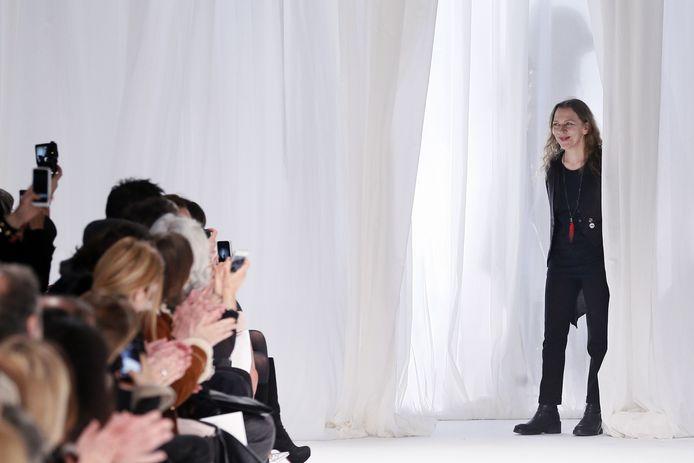 Ann Demeulemeester begroet het publiek na een modeshow in Parijs in 2013.