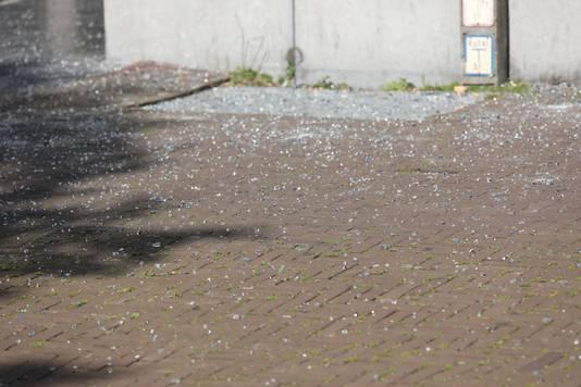 De stoep en een deel van het Spui waren bezaaid met glas nadat de ruit kapot klapte.