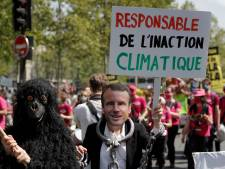 Des milliers de personnes manifestent pour le climat à Paris