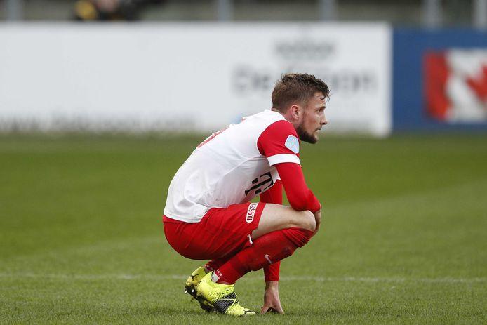 Hidde ter Avest van FC Utrecht zit er verslagen bij na de nederlaag tegen Vitesse.