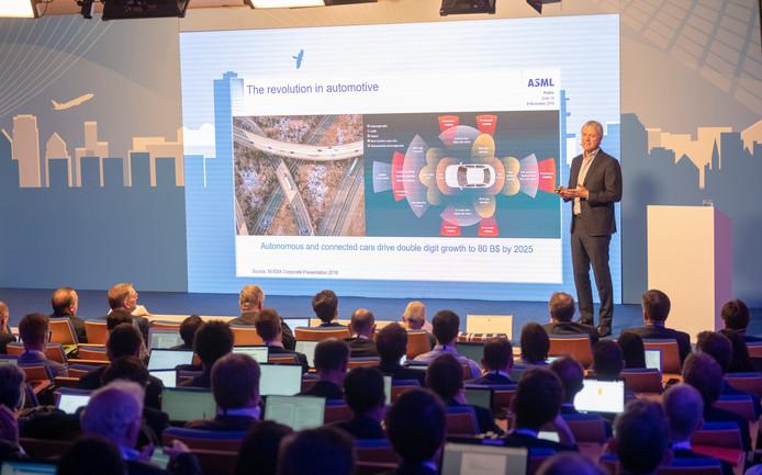 Topman Peter Wennink van ASML spreekt de analisten en investeerders toe.