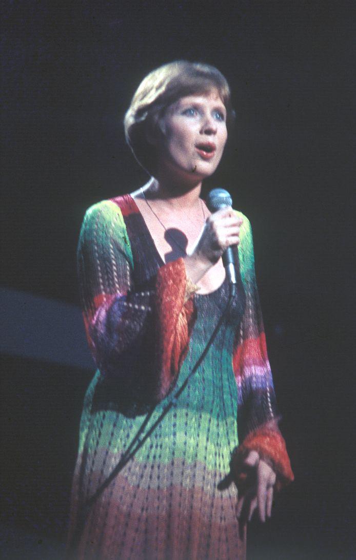 Ann Christy in een 'franjekleed' van Ann Salens.