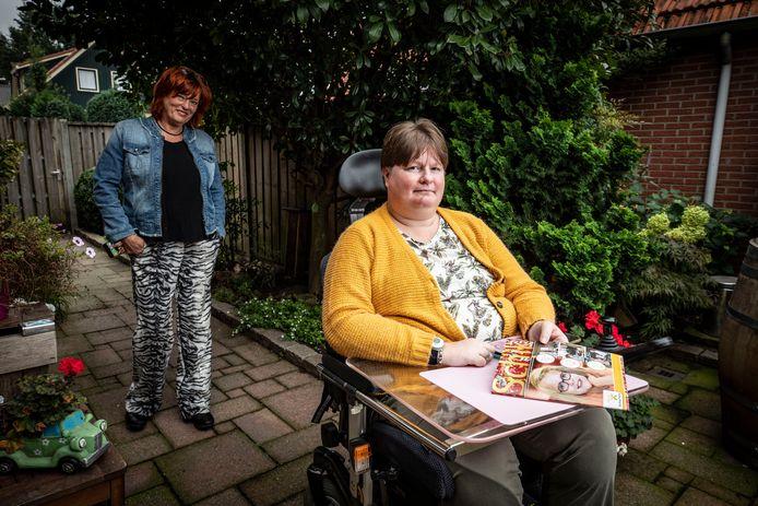 Daniëlle Oude Luttikhuis uit Vasse schrijft over haar leven in 'Schik', het blad voor mensen met een beperking. Links  hoofdredacteur Hanny ter Doest, die haar overtuigde te gaan schrijven.