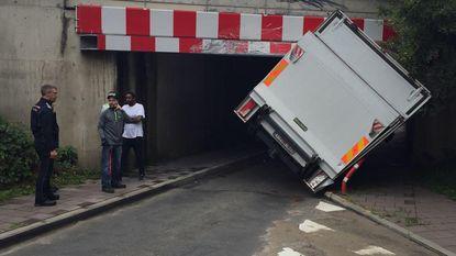 Alweer vrachtwagen tegen spoorwegbrug aan Bosdel