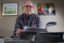 Gerard Nij Bijvank zit al meer dan 30 jaar in het N35-dossier. Bij hem thuis staan multomappen vol met documentatie over de rijksweg.