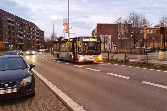 Het ongeval gebeurde op de busstrook in de Hofstraat.