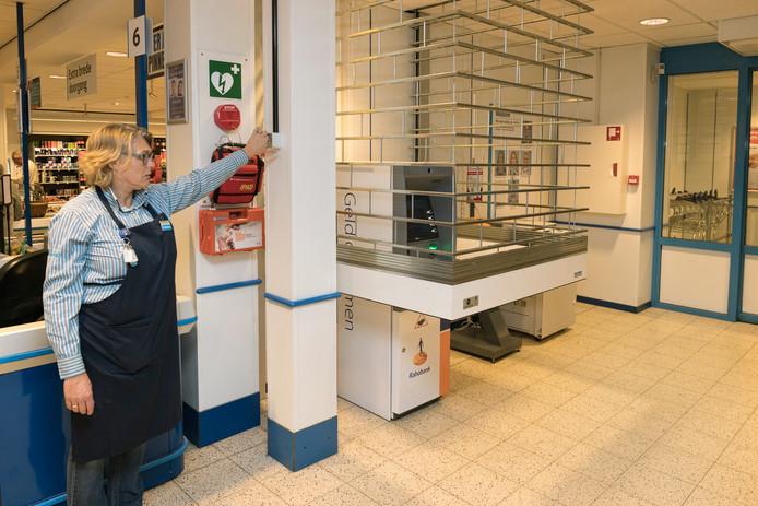 Bij supermarkt Hoogvliet in Boskoop is de eerste kooi-beveiliging voor geld-automaten van de Rabobank geplaatst.