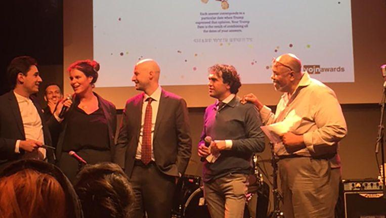 Thomas Hogeling, Wendy van der Wauw en Hay Kranen nemen hun prijs in ontvangst voor de Trump-stemwijzer. Beeld Philippe Remarque