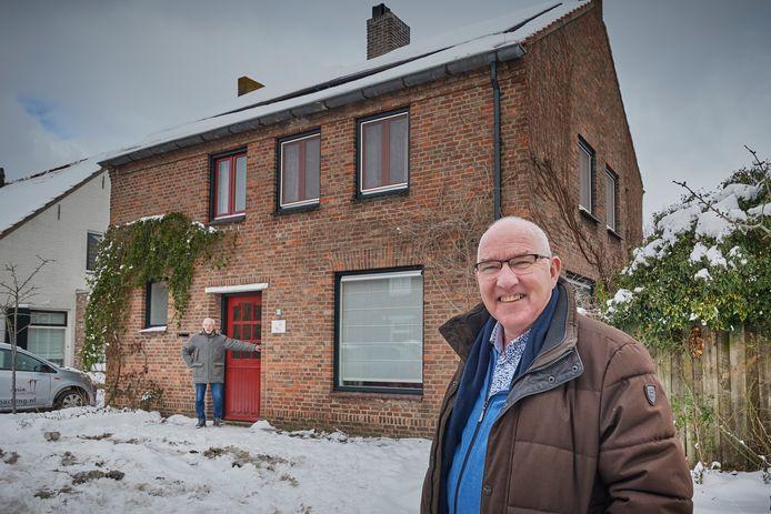 Ton van Hooft voor de woning aan de Schoolstraat 13 in Heeswijk-Dinther zijn broer Cor bij de voordeur.
