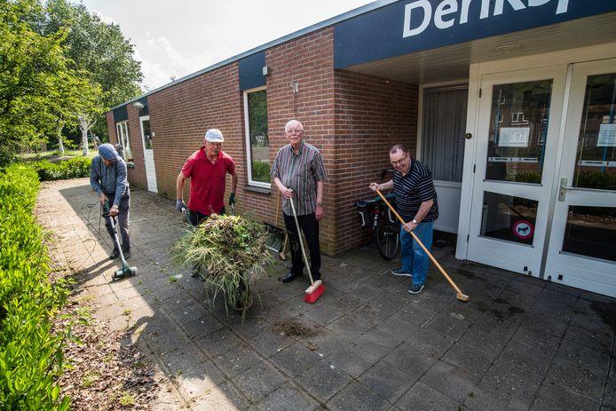 Vrijwilligers zorgen dat het er netjes uitziet bij het Denksportcentrum voor de heropening.