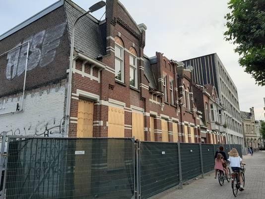 De gevels van deze panden in de Veemarktstraat zouden eigenlijk blijven staan, ze worden terug gebouwd.