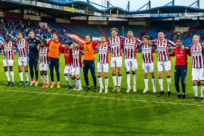 De spelers van Willem II genieten zichtbaar van de interactie met de supporters.
