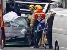 Aangehouden hardrijder maakt foto's en vlucht nadat vrachtwagen agenten doodrijdt
