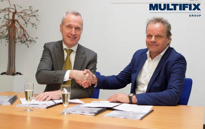 Fred Dijk (links) van Werkvoorzieningschap Oostelijk Zuid-Limburg en Arthur Burgmans van Multifix bij de ondertekening van de overeenkomst.