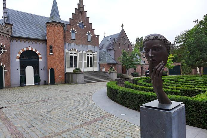 Een van de zomerrondleidingen van VVV Boxtel voert de deelnemers naar kasteel Stapelen.