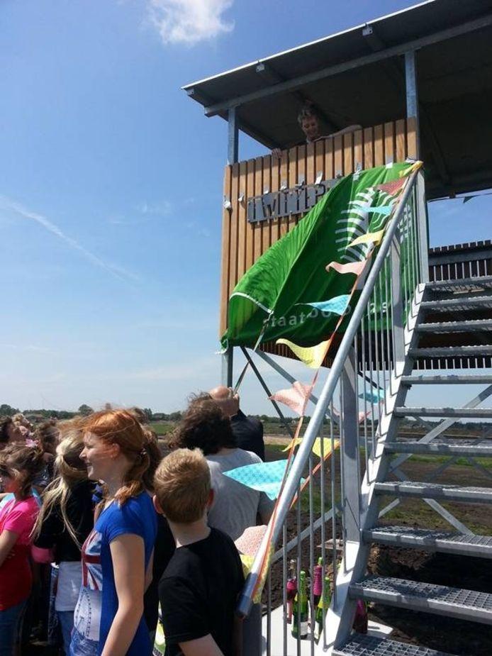 Afgelopen vrijdag werd door basisschoolleerlingen uit Scheerwolde het naambord van de nieuwe vogelkijkhut nog feestelijk onthuld.