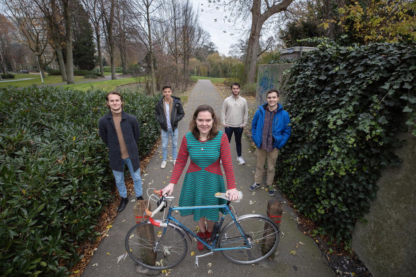 Emilie Rozendaal met achter haar Floris Schilders, Huub Tinnemans, Willem van Waterschoot en haar zoon Aart Rozendaal (v.l.n.r).