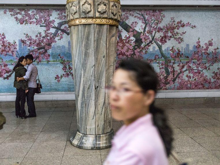 Affectie wordt zelden in het openbaar getoond, maar af en toe gebeurt het, zoals hier in een metrostation in Pyongyang. Beeld Magnum Paris