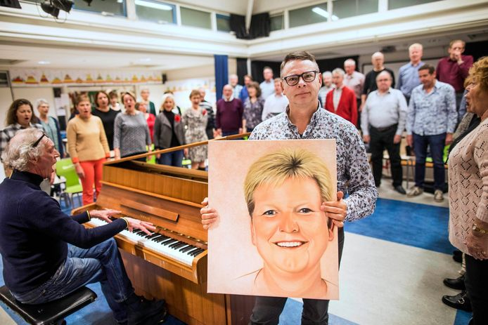 Marcel van der Linden toont een foto van zijn overleden echtgenote Dorine. Vanavond geeft het koor Invasion in de Oosterkerk een concert als eerbetoon aan haar.