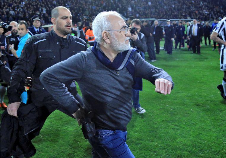 Ivan Savvidis stormt het veld op, met een pistool in zijn holster. De president van PAOK is razend na een afgekeurde goal tegen AEK Athene. Beeld REUTERS